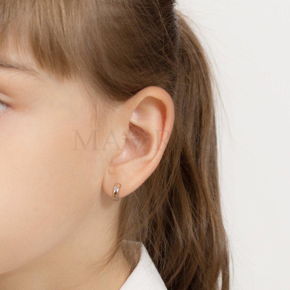 dziecięce złote kloczyki na uszach